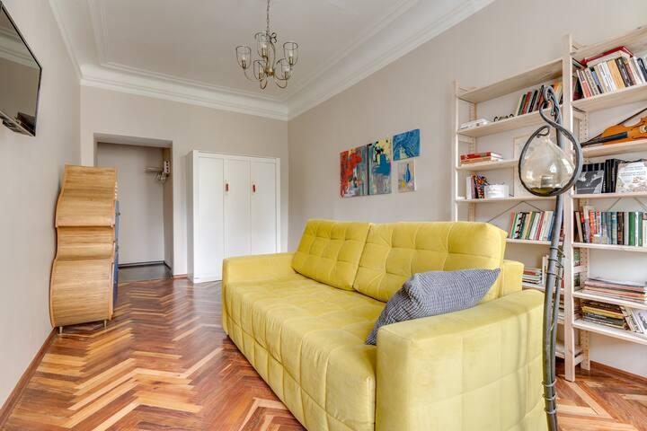 Большая комната с раскладывающимся диваном и шкафом-кроватью