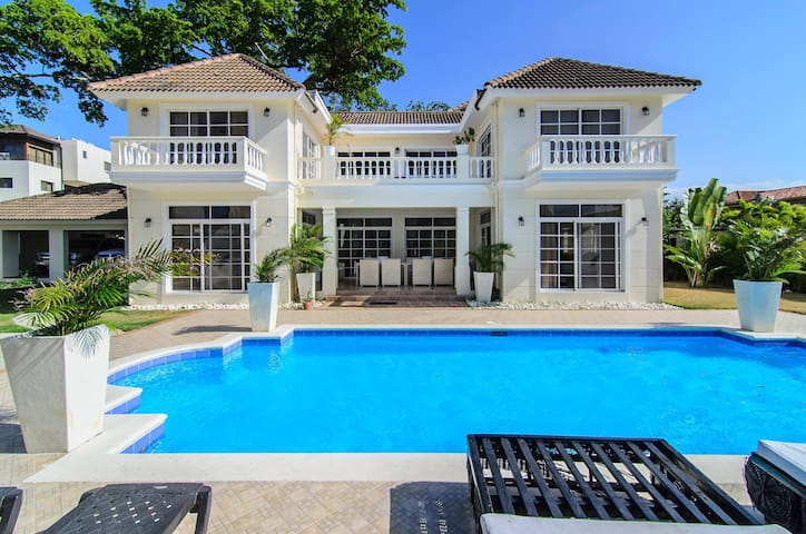 Private Villa, only a 2 minute walk to the beach!