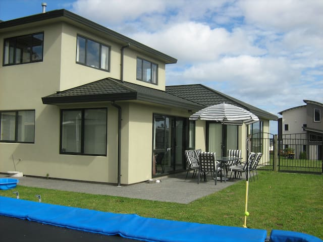 Spacious, clean and comfortable mod home in Aotea