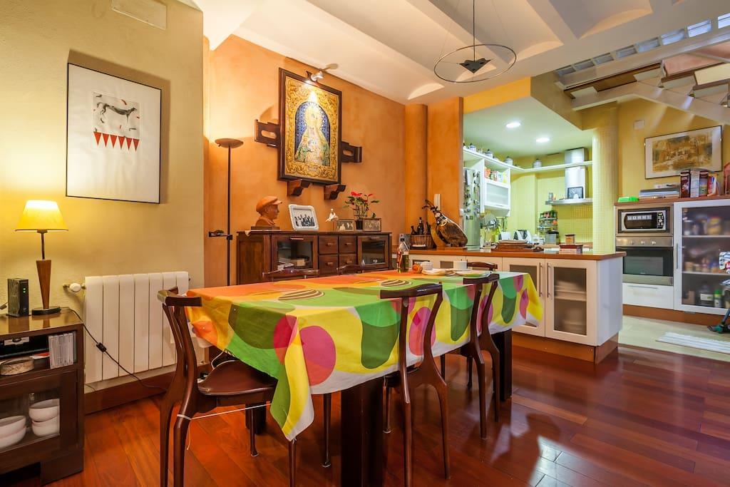 El estar comedor se abre a la cocina, originando un espacio único que integra las actividades de convivencias.