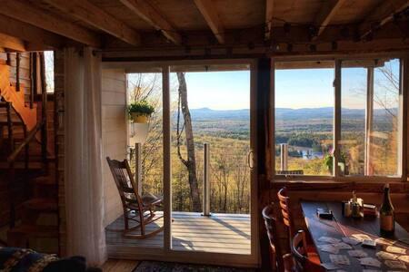"Moutainside Cedar cabin ""Sasquatch Haven """