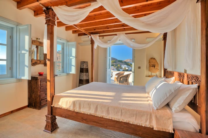 Serene bedroom with sea view - Skala - Bungalow