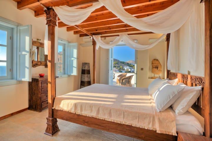 Serene bedroom with sea view - Skala - Bungalov
