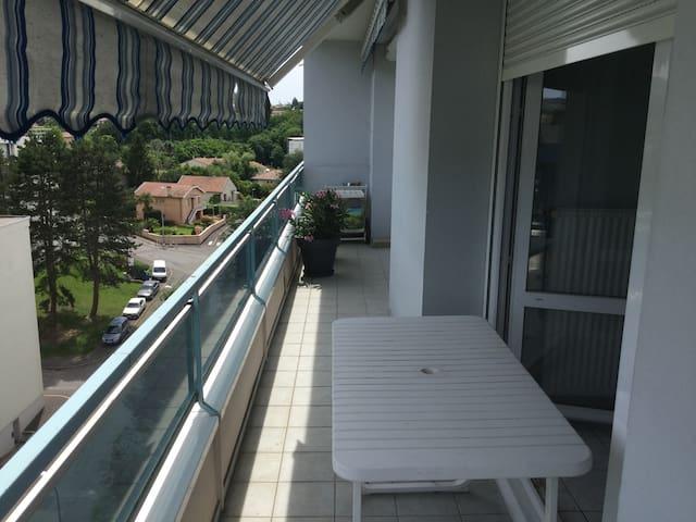 Grand balcon avec table et chaise extérieur