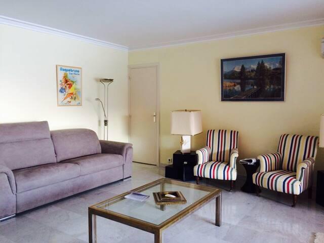 Salon principal climatisé avec canapé-lit pour 2 personnes