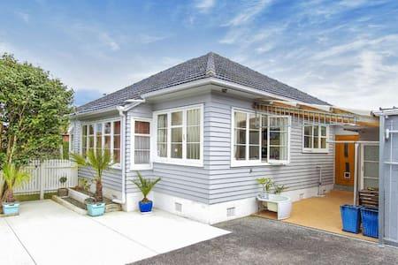 sunny room+beautiful house+garden - Auckland - Villa