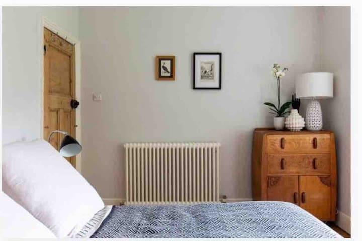 Quiet  Victorian Double Room with Garden Views