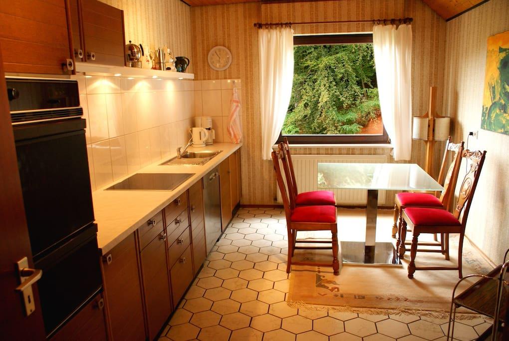 Küche mit Doppel-Backofen, Herd, Kühlschrank (inkl. Gefrierfach) und Spülmaschine. Sowie auch viele Kleingeräte, z.B. Kaffeemaschine, Mikrowelle