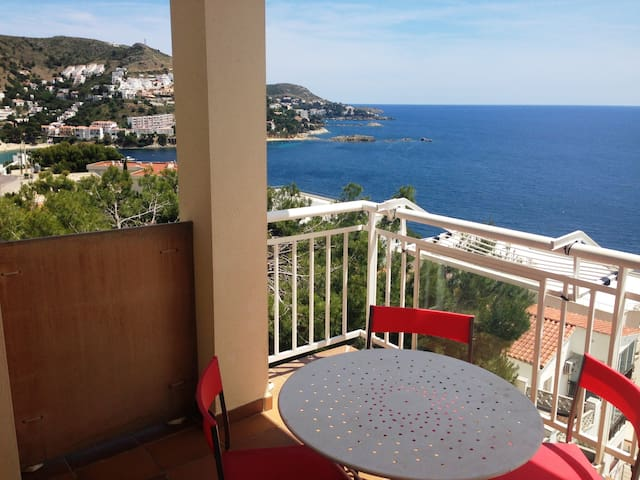 8. Apartment with incredible views of the Bay of Roses with community pool.