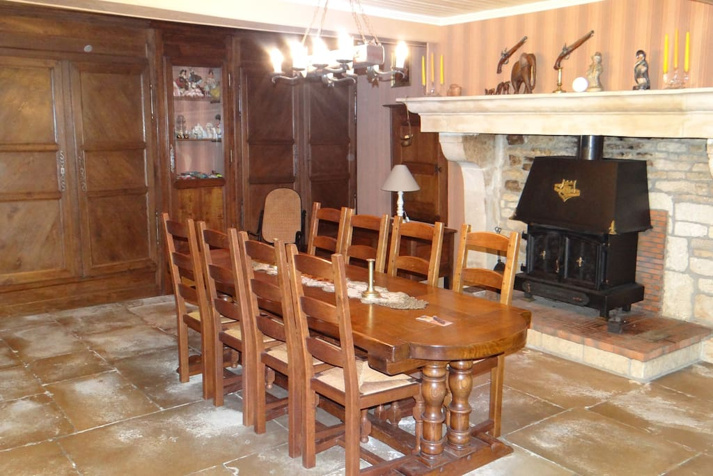 Salle à manger avec poêle à bois