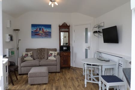 Refurbished flat close to Peel center & Beach