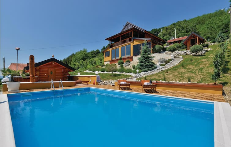 Holiday cottage with 3 bedrooms on 187m² in Novi Marof