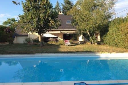 Charmante maison avec piscine à 3km du Pal - Thiel-sur-Acolin - Aamiaismajoitus