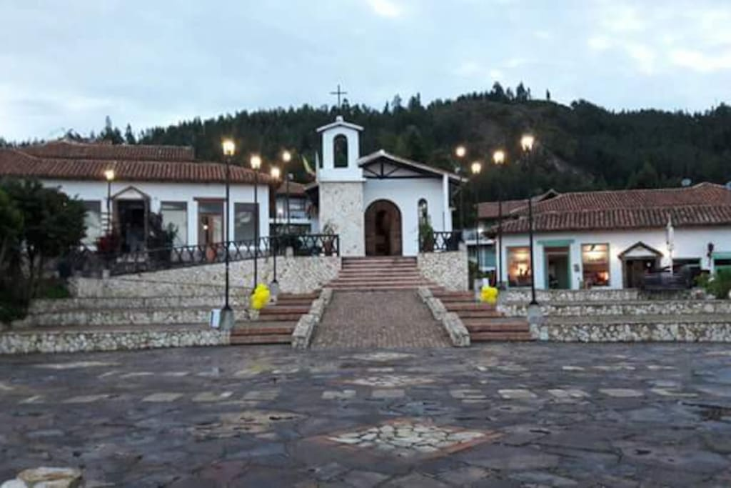 Se encuentra ubicado en el Pueblito Boyacense patrimonio cultural y turístico de Duitama Boyacà Colombia.