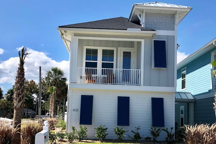 Guest suite with backyard, 4 blocks to the beach!