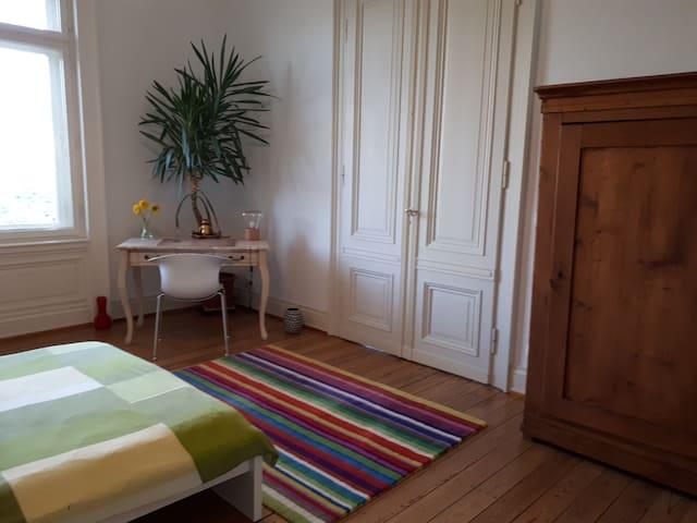 Helles Zimmer in stilvollem Altbau, sehr zentral!