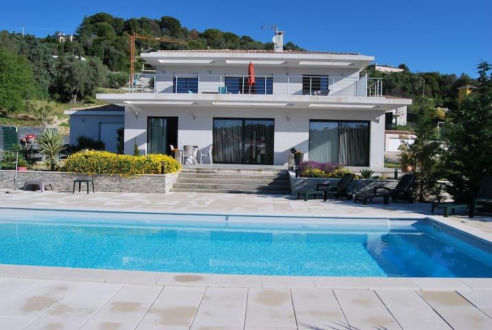 3 pièces neuf de 85m2 +65m2 de terrasse + piscine