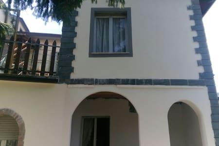 Centro de Riolunato. Apartamento en casa de dos. - Riolunato - Flat