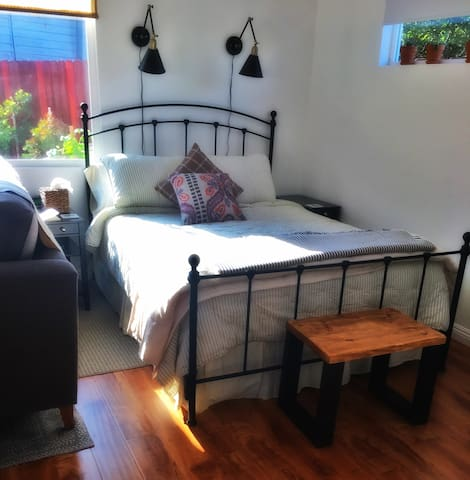 Extremely comfy queen bed with silky, eucalyptus sheets. Great reading lights above bed.
