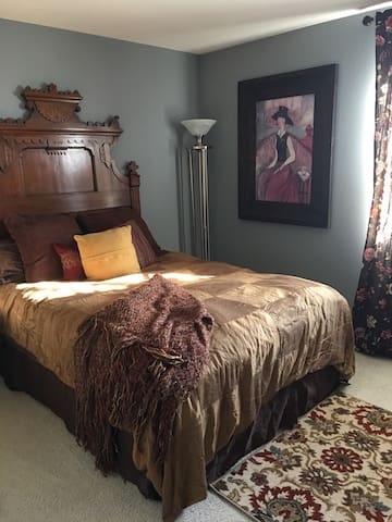 Private bedroom Gorgeous Quiet Home