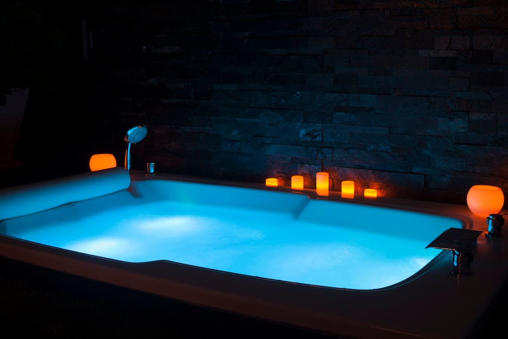 Outdoor Jacuzzi by night