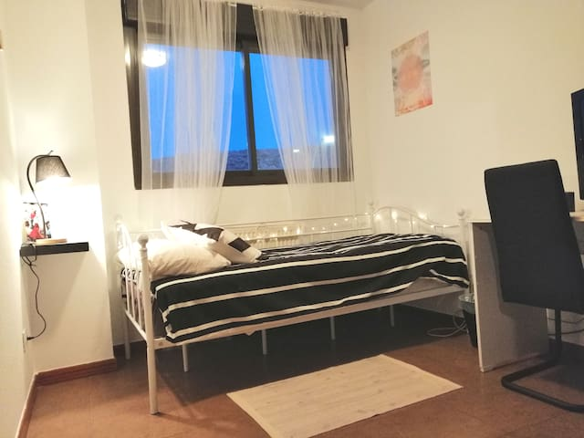 Confortable habitación en barrio tranquilo /Garaje