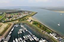 Bovenaanzicht chaletpark en gedeelte van de haven