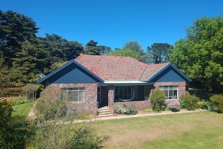 Roslyn Estate Farmhouse - Country Escape