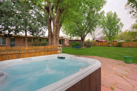 FALL DISCOUNT! Downtown & year-round hot tub! #3 - Moab - Bungalow