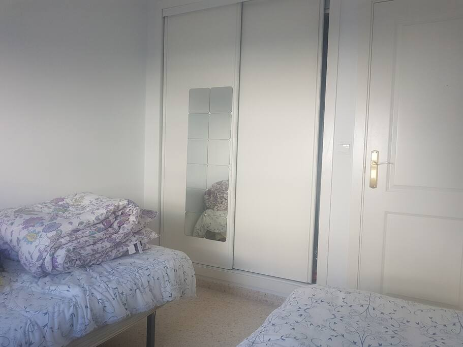 La habitación incluye armario empotrado