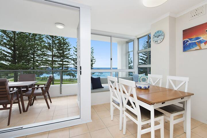 Rainbow Pacific unit 8 - Great value unit right on the beachfront Rainbow Bay Coolangatta with WiFi