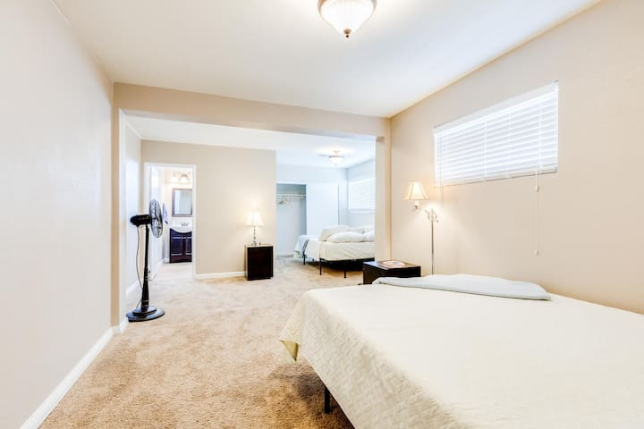 Vintage Vegas 5 Mins To Fremont Exp Master Bedroom