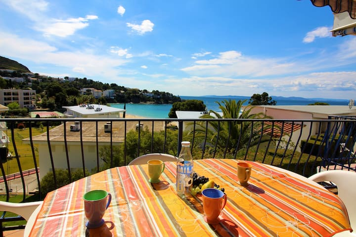 Private, quiet residence, apartment with large terrace and sea view. Located in the most p