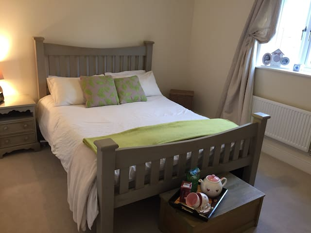 A spacious lovely double room - Bugbrooke