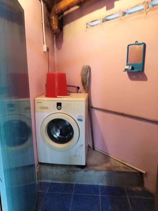 mesin basuh dalam bilik air