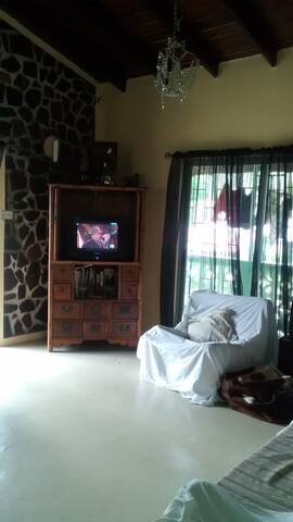 caring and fun, great location - Castries City - Hus