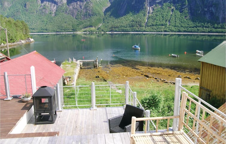 Holiday apartment with 4 bedrooms on 150m² in Eresfjord