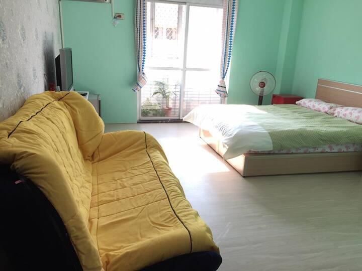 Our Room-近火車站陽光公寓