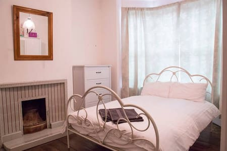 Stunning Character House sleeps 6 near Media City! - Salford - Dům