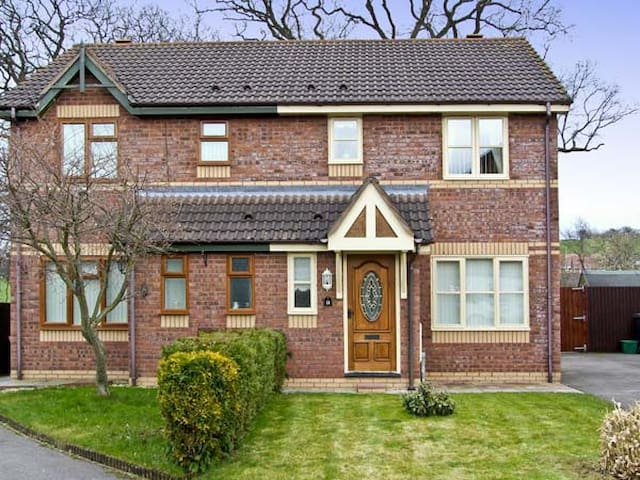 FAIRFIELD, family friendly, with a garden in Chirk, Ref 4577
