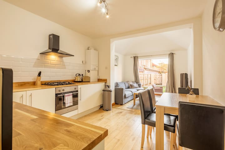 ⭐️SUPER HILLS 2 BED APT, near TRAIN STATION ⭐️
