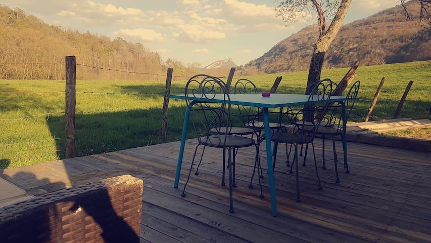 Mobil home au pied des montagnes