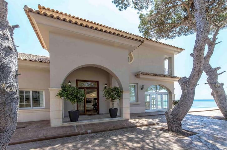 Villa in Mediterranean style, on the seafront