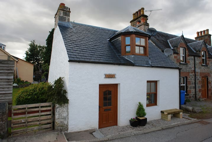 Crossroads Cottage - Loch Ness