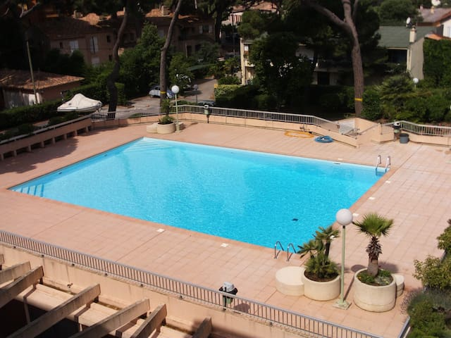 Hy res mer port piscine parking wohnungen zur miete for Piscine hyeres