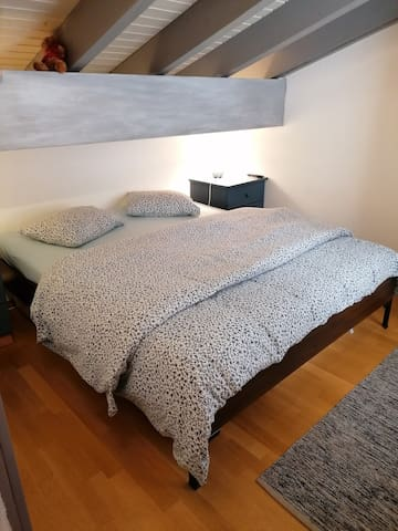 Chambre grand lit à l'étage