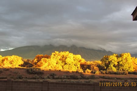 Rio Grande Bosque and Sandia Views  - Maison