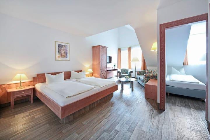 Waldhotel Bächlein (Mitwitz), Familienzimmer Komfort mit Kinderzimmer und Pool