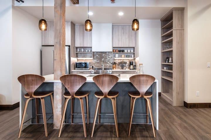 Executive Penthouse w/ King Bed & Free Wifi