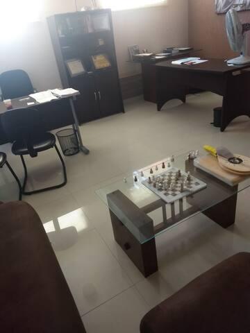 Aluga se escritório com espaço amplo e banheiro.